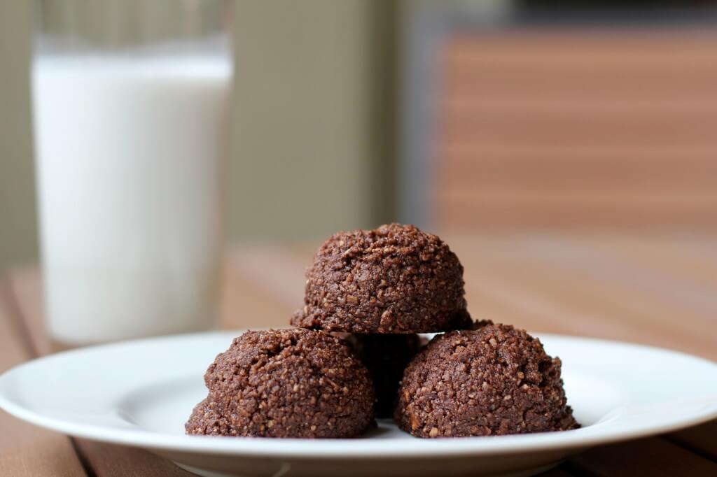 Chocolate Coconut Macaroons | www.downshiftology.com
