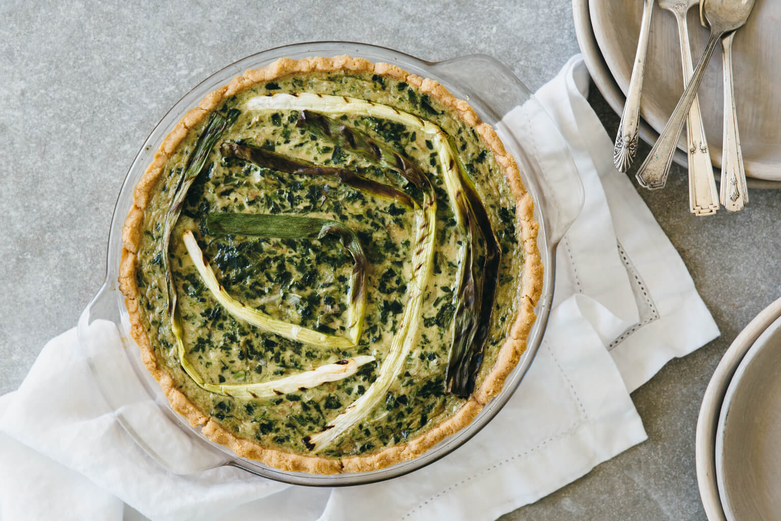 Spinach artichoke quiche with grilled spring onions. Gluten-free, grain-free, dairy-free and paleo-friendly. The perfect healthy breakfast!