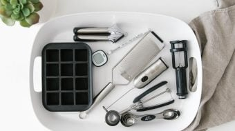 I'm sharing my 8 favorite and very useful kitchen gadgets that I consider must haves. They're minimal, simple and will make your life easier in the kitchen. Perfect for a minimalist, organized and decluttered kitchen!