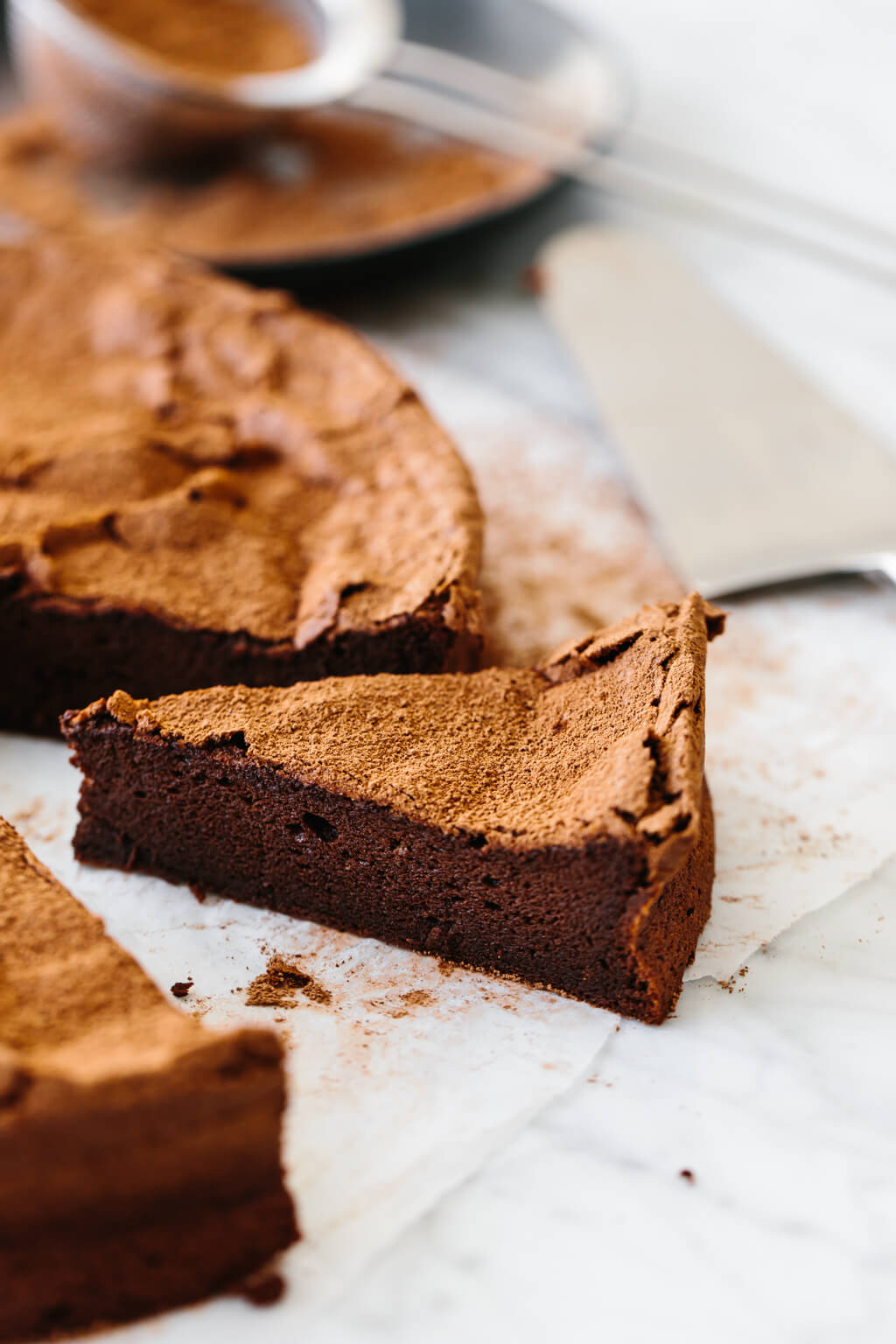 Flourless chocolate cake that's gluten-free, paleo and easy! It's the best flourless chocolate cake recipe and only has 5 ingredients!